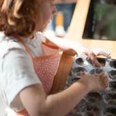 Comment occuper les enfants pendant ces vacances à la maison? Direction la cuisine, enfilez vos tabliers stylés 👨🏼🍳 et c'est partie pour se régaler au goûter 🍰   Retrouvez tous nos tabliers sur notre site internet (lien dans la bio)  #activitedevacances #cuisineenfant #activitemaison #tabliercuisine #chouchouette