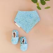 CE BLEU 💙 Un set naissance prêt à offrir 🎁 Un bavoir bandana idéal pour les petites bavouilles et des petits chaussons souples en tissu et tellement doux!  Un cadeau de naissance fabriqué en France avec des tissus oekoTex, pensé pour bébé par une maman 🥰  #chouchouette #bleu #couleurs #cadeaudenaissance #naissancebébé #cadeaufabriquéenfrance #oekotex #bavoirbandana #chaussonsbebe ##bavoirbébé #bavoirbebe #bavoirdentition #cadeaubébé #madeinfr