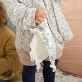 Dans la famille des doudous, il y a aussi le doudou plat avec ses petits nœuds! 🌟 Il est spécialement conçu pour les petites mains qui pourront faire et défaire les petits nœuds 👐 Il a un coté doudou ultra doux et un coté en coton imprimé, le tout certifié OekoTex.  A retrouver dans tous les imprimés de la gamme Chouchouette, dans la rubrique Bébé > Couverture et doudou > doudou 💕  ##doudoubébé #chouchouette #doudouplat #doudouanouer #cadeaubebe #cadeaudenaissance #doudoupourlavie #mondoudou #fabriqueenfrance