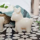 C'est lui! Mon petit mignon ❤ La nouveauté sur le shop, le savon au lait d'ânesse... Tellement doux pour la peau de toute la famille (et même pour les bébés) assorti de nos petites lingettes lavables pour un joli cadeau à offrir ou à s'offrir 🥰 #chouchouette #savonaulaitdanesse #savonenfant #bio #nouveauteseshop #belgique #france