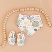 """N E W ✨ B ON  P L A N 👍 Un set naissance idéal à offrir ou à s'offrir! 🎁 Un bavoir bandana + une paire de chaussons souples pour 30€ seulement! (se décline en 10 coloris différents) Une offre """"naissance"""" qui vous permet de gagner 8€ par rapport à l'achat des produits à l'unité 😉 A découvrir dans la boutique en suivant le lien dans la bio  #boxnaissance #cadeaudenaissance #fabriqueenfrance #marquefrancaise ##marqueengagee #birthgift #bonplan"""