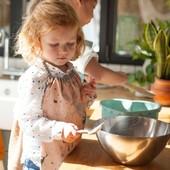 Mais que se prépare t'il en cuisine? ❤ Miam Miam! Nos serviettes de cantine ou serviettes élastiquées sont tellement polyvalentes qu'elles peuvent aussi se porter en tablier pour les petits cuistots 😊 #chouchouette #atable #cuistot #miammiam #servietteelastiquee #tablierenfant #madeinfrance